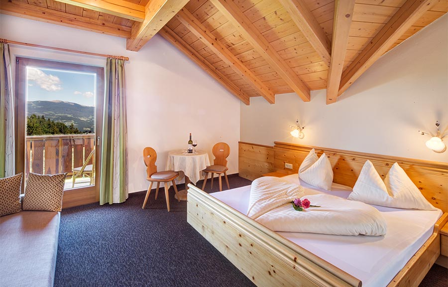 die zimmer des hotel wieslhof in steinegg. Black Bedroom Furniture Sets. Home Design Ideas